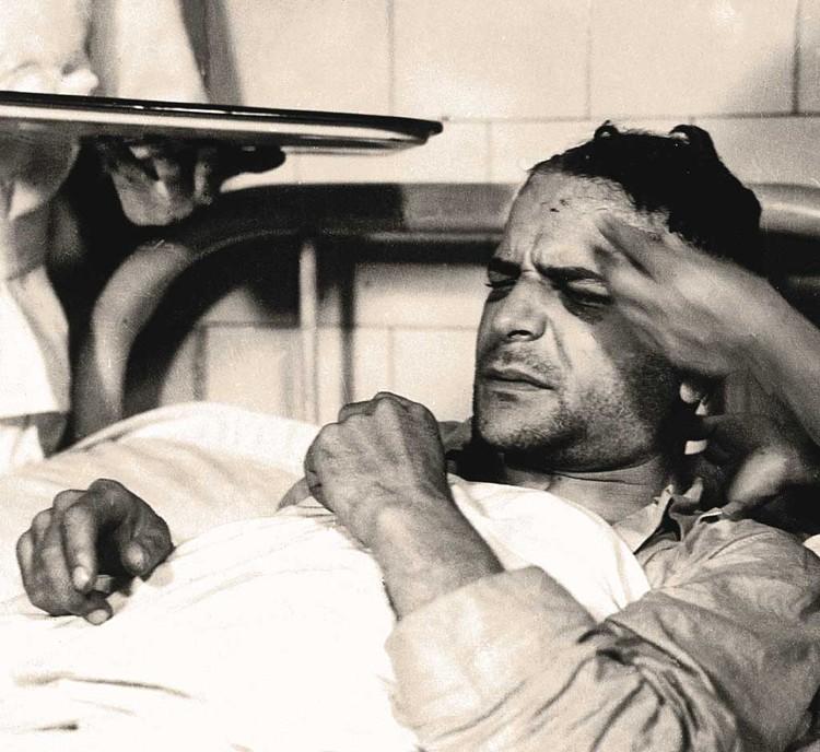 Избитый охраной Меркадер в больнице после покушения. Фото: Galerie Bilderwelt/Getty Images