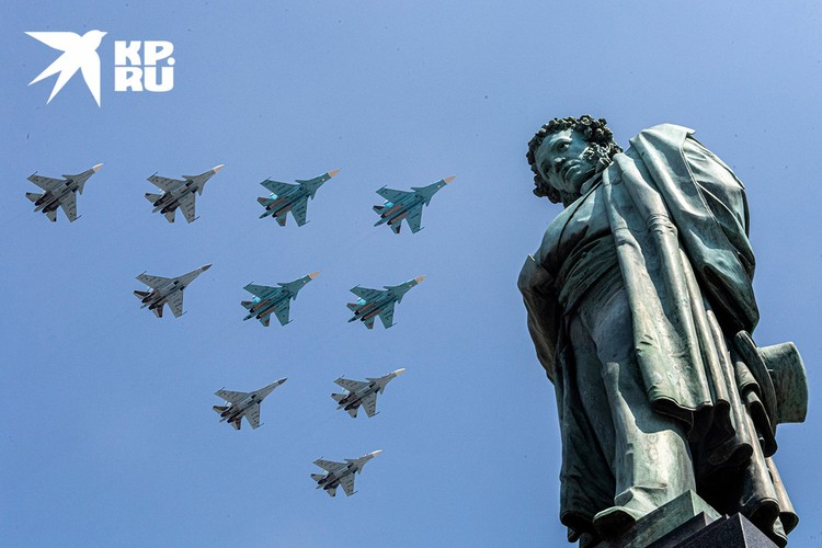 Самолеты в небе над Москвой во время Парада Победы.