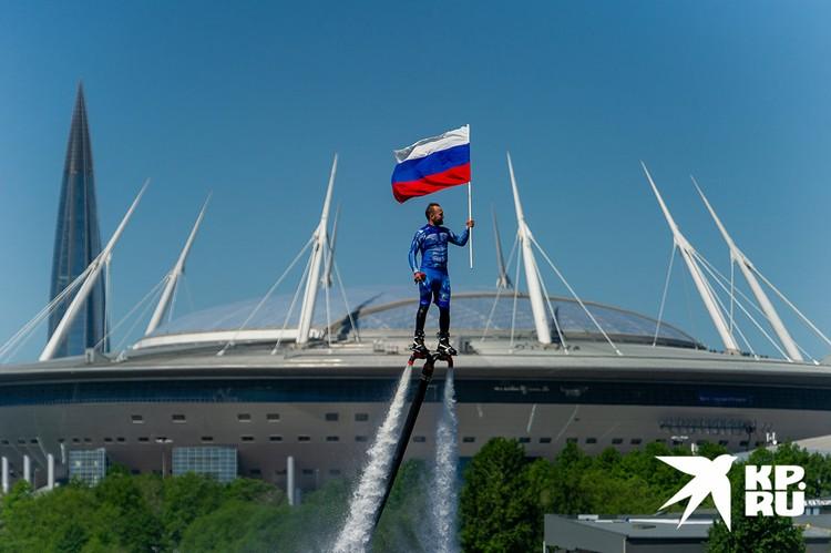 Санкт-Петербург. 12 июня в честь Дня России над Невой подняли государственный флаг.