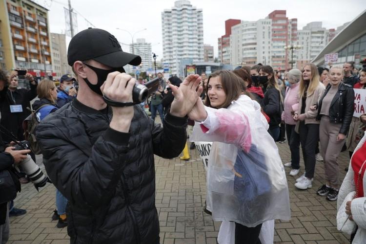 Белорусские активистки кроме визга начали применять новые приемы борьбы с ОМОНом - срывание масок.