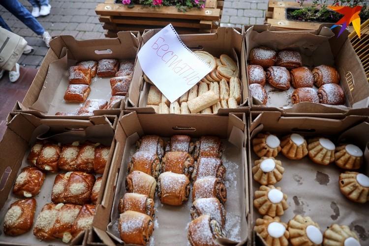 Людей в очереди бесплатно угощают булочками