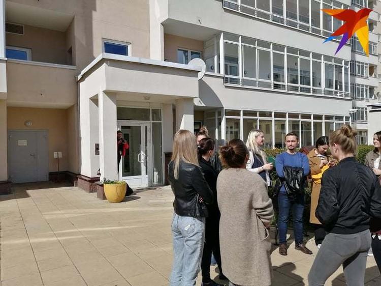Возле дома Алексиевич собираются люди.
