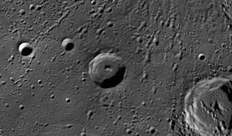 """Уфологи считают """"квадрат"""", темнеющий в кратере, входом в подземную базу пришельцев."""