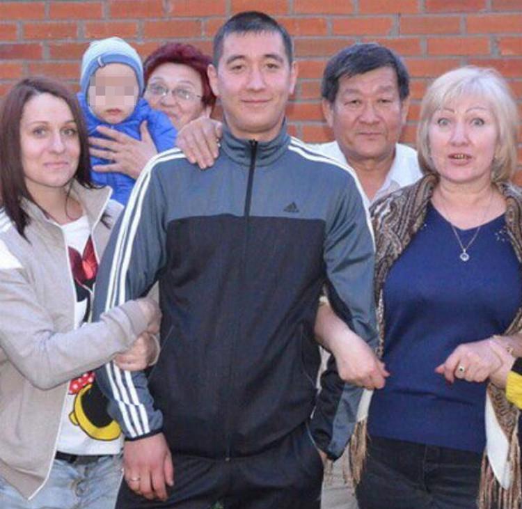 У погибшего была дружная семья. На фото родители Руслана, жена, ее мама и маленький сынишка.