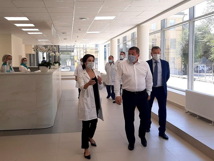 В приемном отделении сделали разделение потоков - 8 входов для персонала и пациентов.