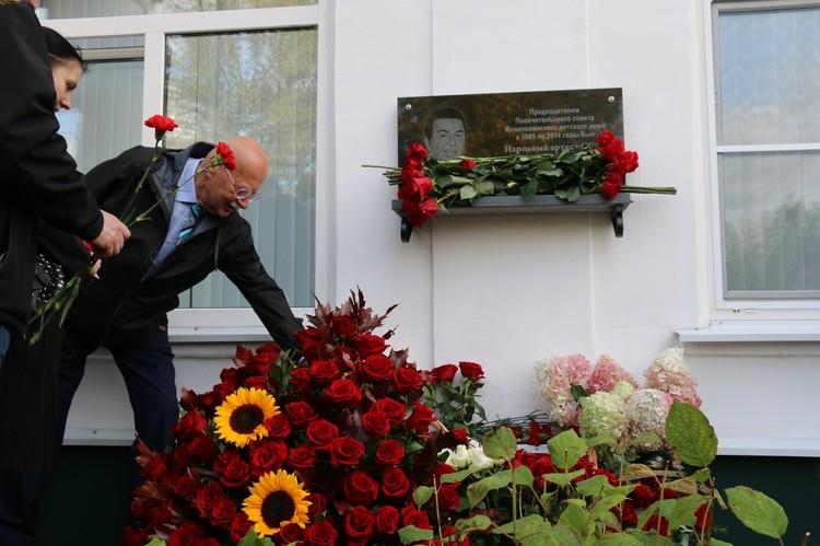 В завершении церемонии открытия к мемориальной доске присутствующие возложили цветы