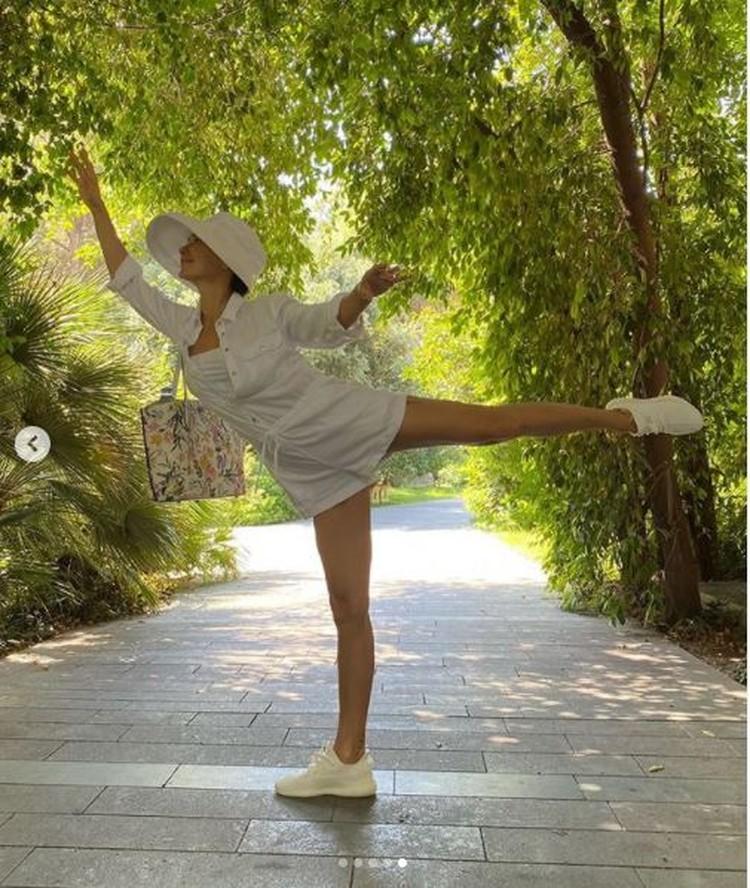 """На одном из снимков Екатерина сделала """"ласточку"""". Фото: Инстаграм."""