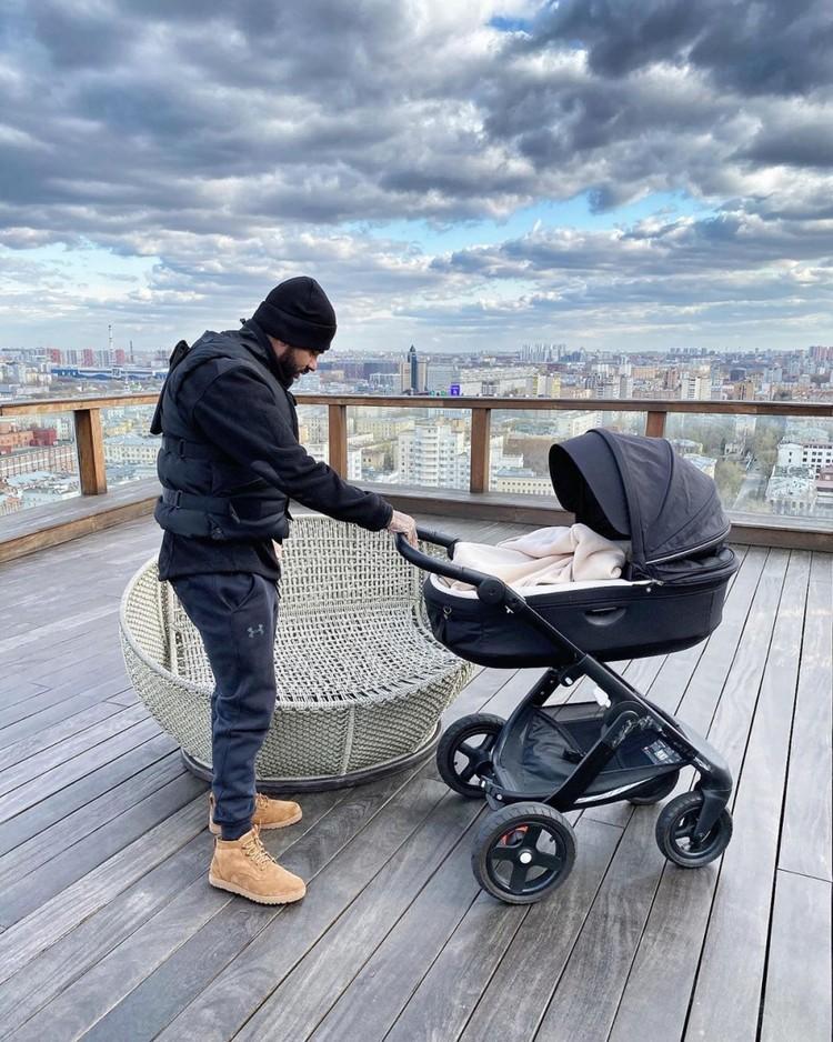 Тимати гуляет с сыном на веранде квартиры, которую он оставил наследнику.
