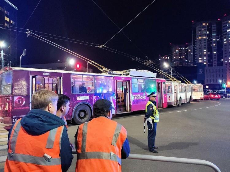 Редкое фото: полицейский охраняет пробку из троллейбусов после салюта