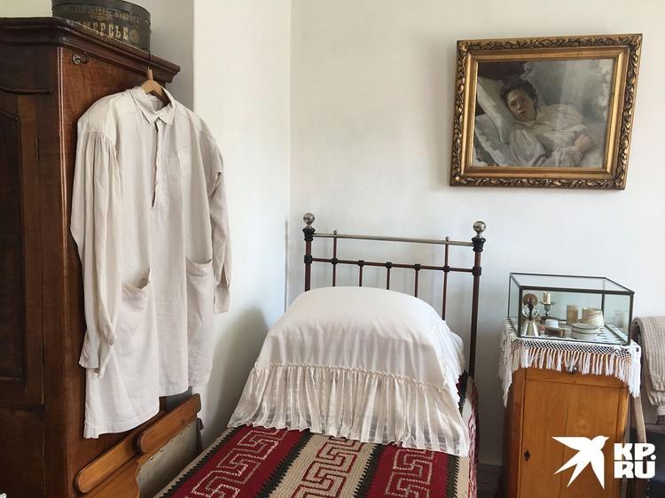 Экскурсантов водят по другому домику по соседству, где жил Толстой с семьей. В этом доме сохранилась толстовская мебель и дух Льва Николаевича.