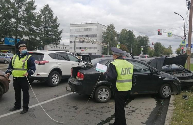 25-летний водитель выехал на встречную полосу. Фото: Отделение пропаганды ГИБДД по Екатеринбургу