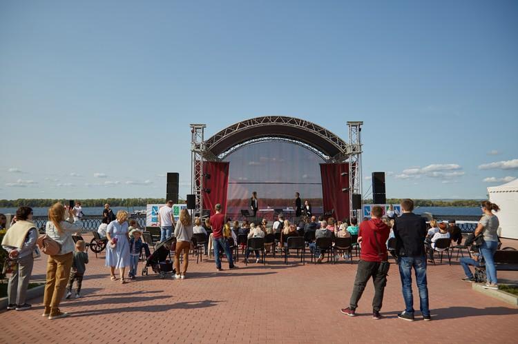 На набережной весь день выступали артисты. Фото: Людмила Грибцова