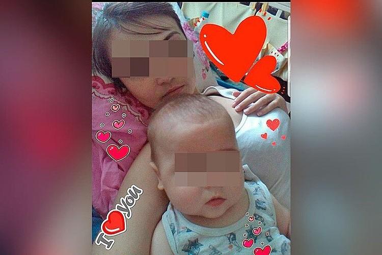 Девушка пристегнула маленького сына к коляске и оставила малыша в подъезде, сама ушла гулять и веселиться, ребенка вечером нашли соседи.