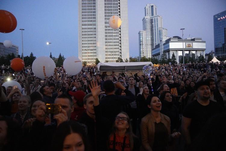 Традиционно на Октябрьской площади провожаем фестиваль и встречаем рассвет.