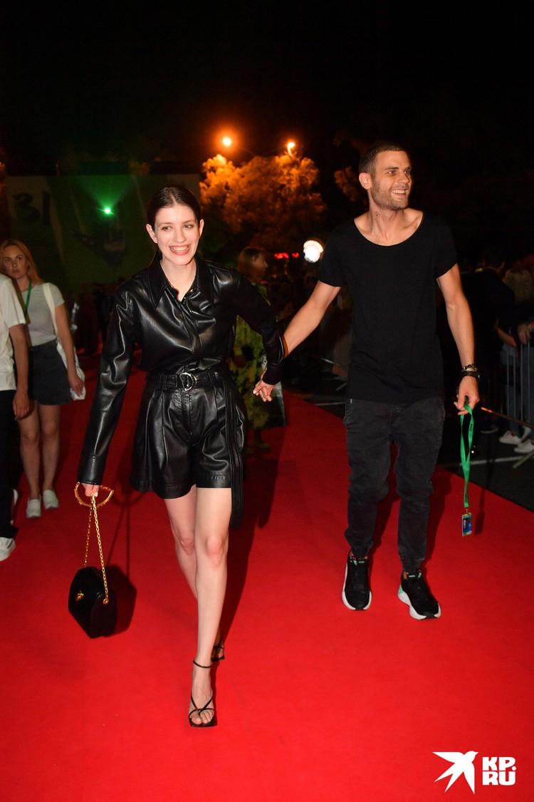 Со своим 31-летним женихом актером Дмитрием Ендальцевым появилась на дорожке «Кинотавра» и 33-летняя Анна Чиповская.