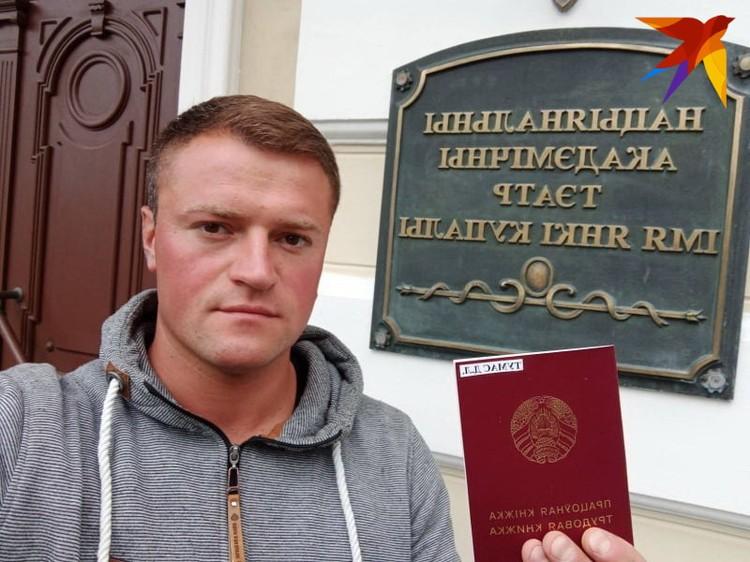 Актер Дмитрий Тумас в день увольнения из Купаловского театра. Фото: архив.