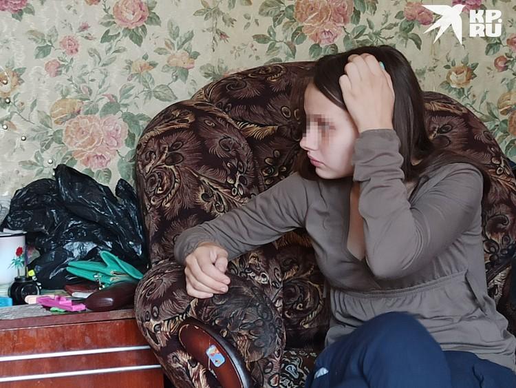 Девочка в свои 14 лет старается быть серьезнее сверстниц