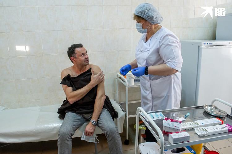 Актер театра и кино Андрей Носков явился в поликлинику одним из первых..