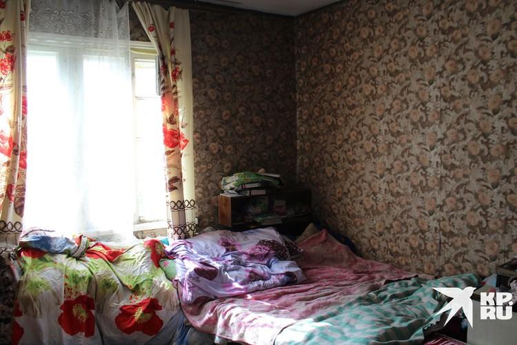 Кровать, на которой спят бабушка и младшие ее внуки.