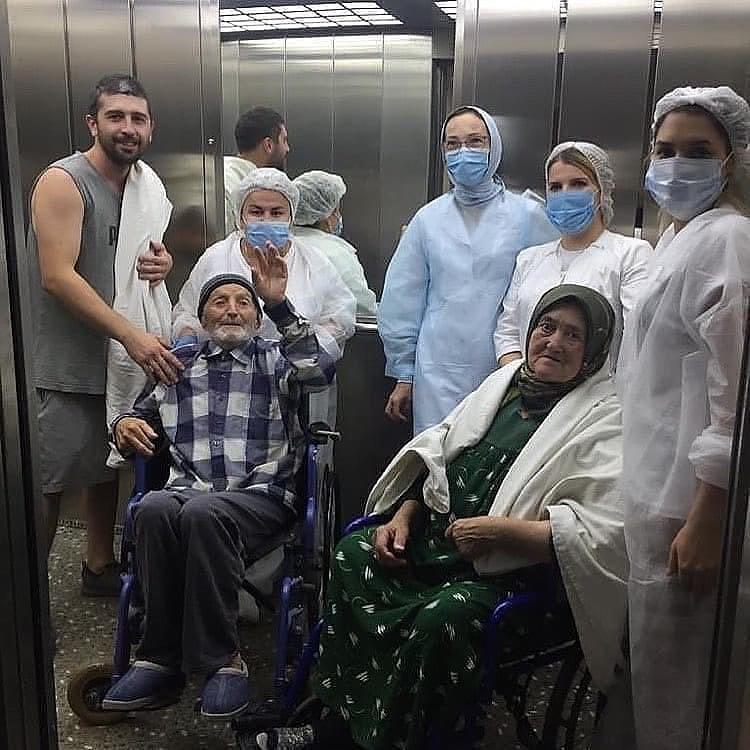 Пару провожали из больницы дружным коллективом