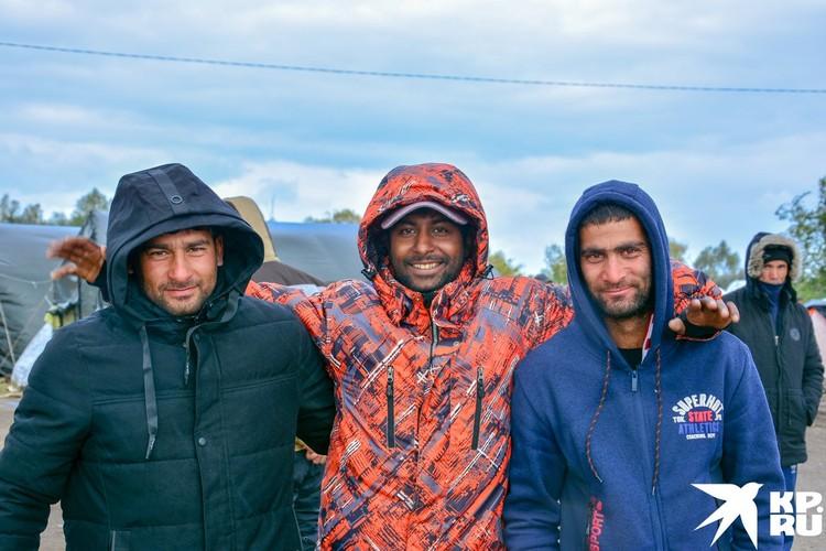 Живется мигрантам в палаточном лагере трудно, но они улыбаются.