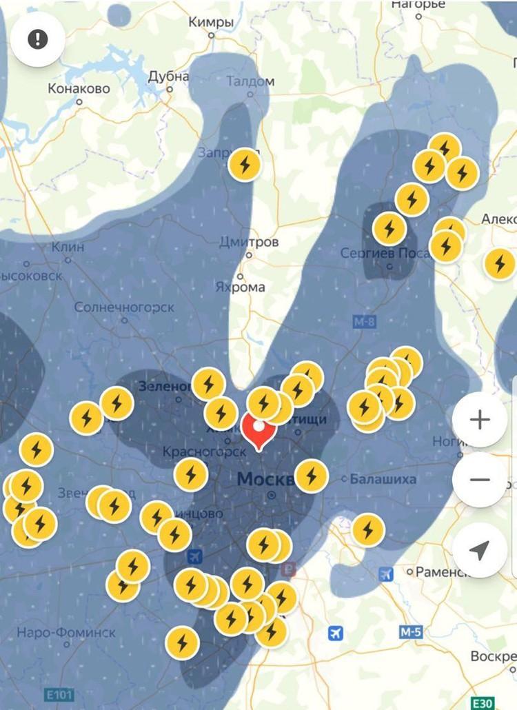 Судя по карте Яндекс.Погода, Москву будет заливать еще несколько часов