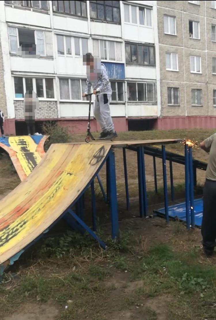 Дети пытались помешать, залезая наверх, но мужчина продолжал пилить. Фото: предоставлено Валерием Линьковым