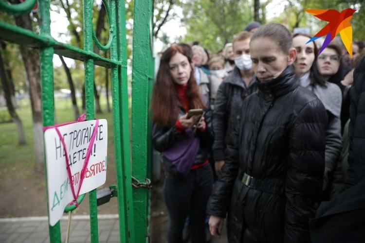 У ворот приюта Елену встретили сотни человек.