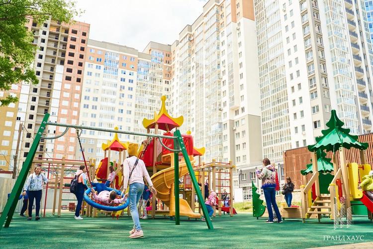 Детская площадка расположена на территории комплекса.
