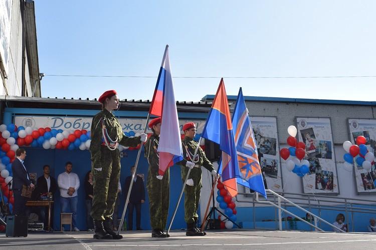 Насте М.* запретили на линейке 1 сентября выносить флаг России. Фото: с сайта школы