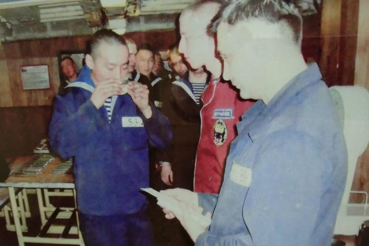 """Посвящение в моряки. Алдар пьет морскую воду. Фото: предоставлено """"КП"""""""