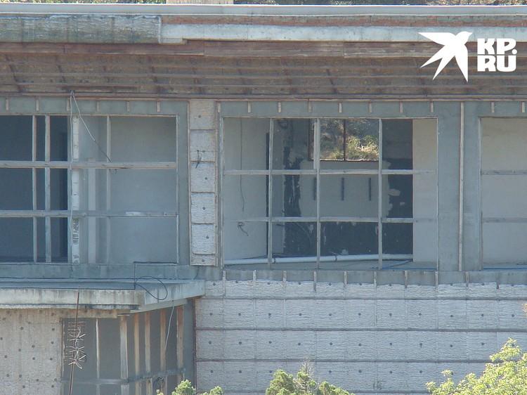 Пустыми глазницами дом смотри прямо на море