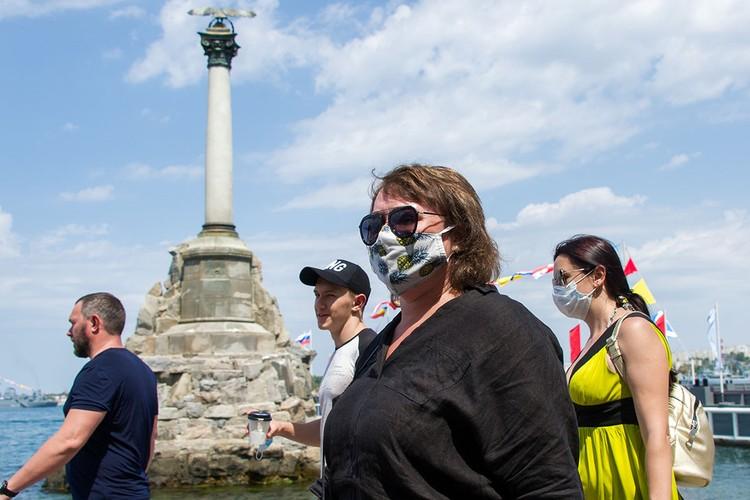В Крыму пока еще продолжается курортный сезон. Вообще-то, в общественных местах и местное население, и отдыхающие должны носить маски. Но об этом никто и не вспоминает.