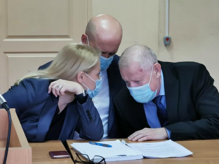 Тефтелев перешептывается с адвокатами Фото: Вадим Архипов