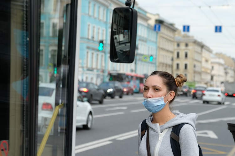 Носить средства индивидуальной защиты нужно не только в транспорте, но и остановках