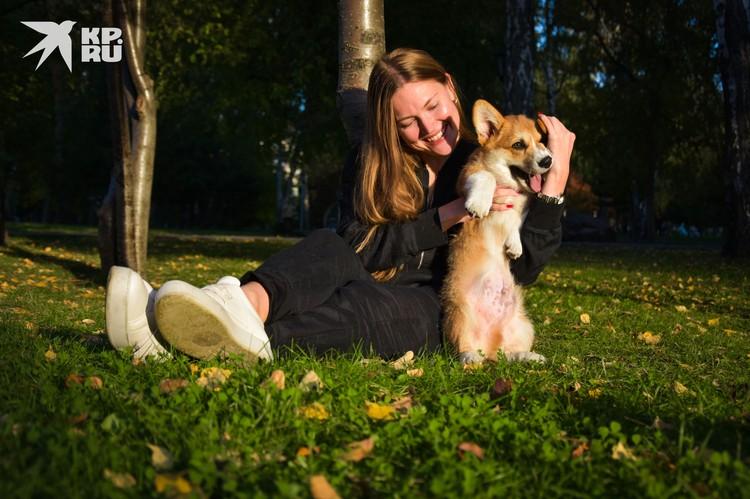 Мария проводит теплые вечера в компании солнечного щенка по клички Ричи.
