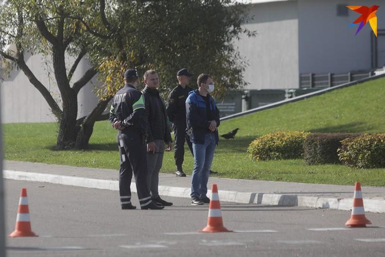 Сотрудники в штатском и в форме были замечены возле Дворца Независимости.