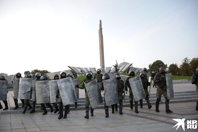 У Стелы, куда направился марш протеста, их поджидал ОМОН
