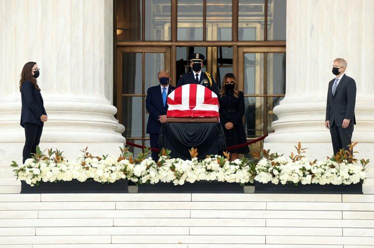 Когда Трамп поднялся по лестнице к гробу, толпа начала скандировать – «Уважайте ее желание!»