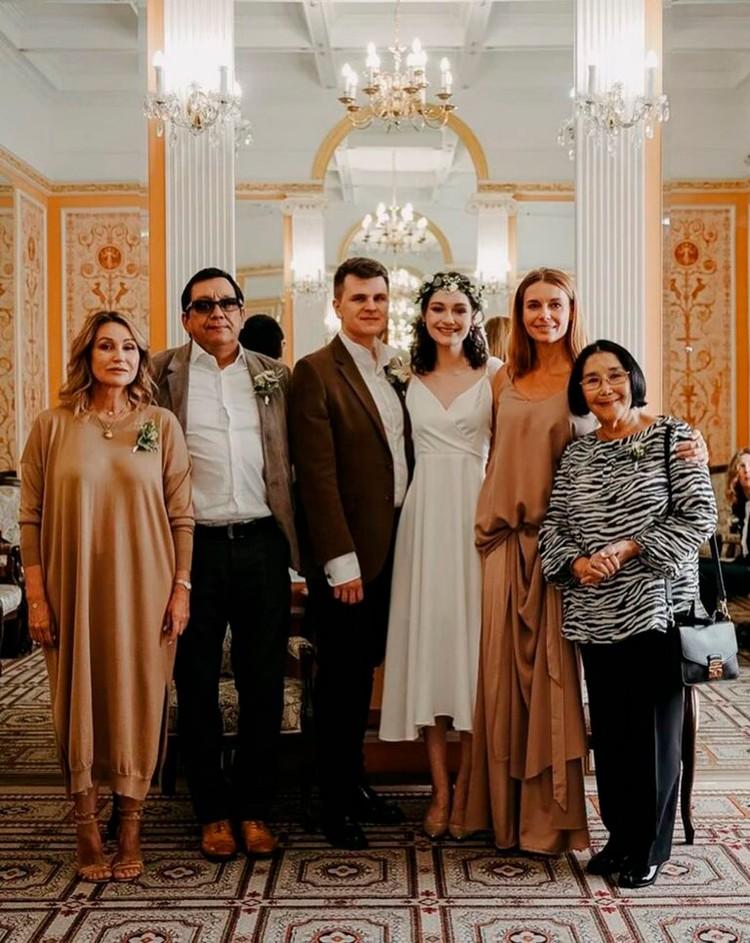 Мария Кончаловская в загсе с женихом, родителями и бабушкой Натальей Аринбасаровой.