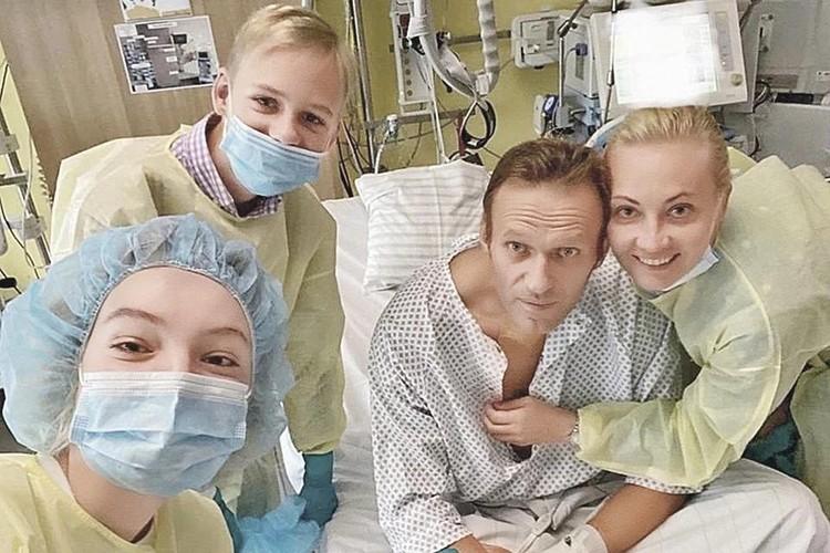 Та самая карточка из «Шарите». Алексей Навальный, его жена Юлия, сын Захар и дочь Даша. Фото: Instagram.com