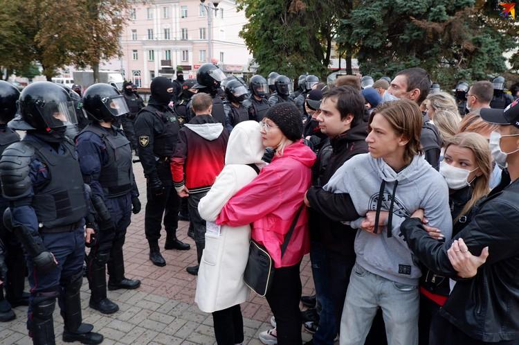 Протестующие становились в сцепки
