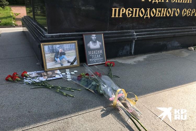Молодые люди принесли к памятнику Родителям Преподобного Сергия Радонежского портреты Тесака