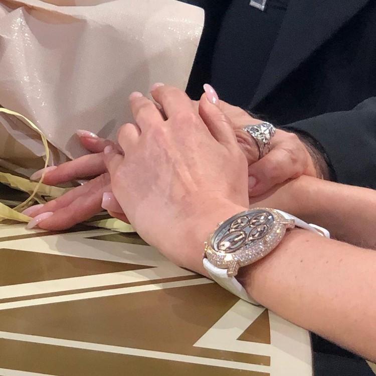 Дорогие часы на руке у Светланы