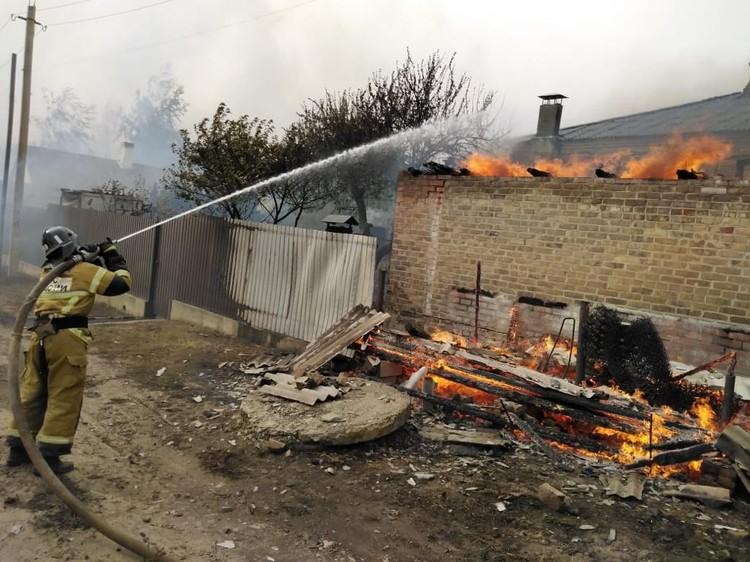 Сильный ветер осложняет работу пожарных. Фото ГУ МЧС России по РО.