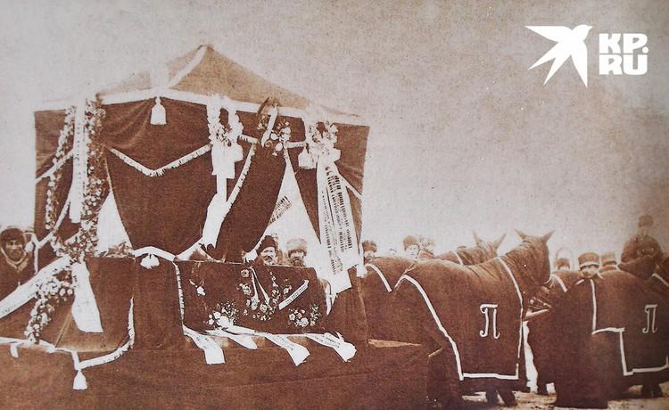 Александра Викторовна Потанина была первой женщиной которую приняли в члены РГО. Она погибла во время экспедиции, но тело доставили кортежем на родину. Фото: Кяхтинский краеведческий музей/Репродукция