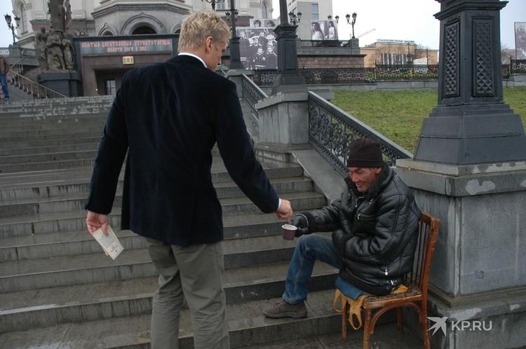 Рядом с храмом американский актер подал милостыню. Фото: Владимир Андреев
