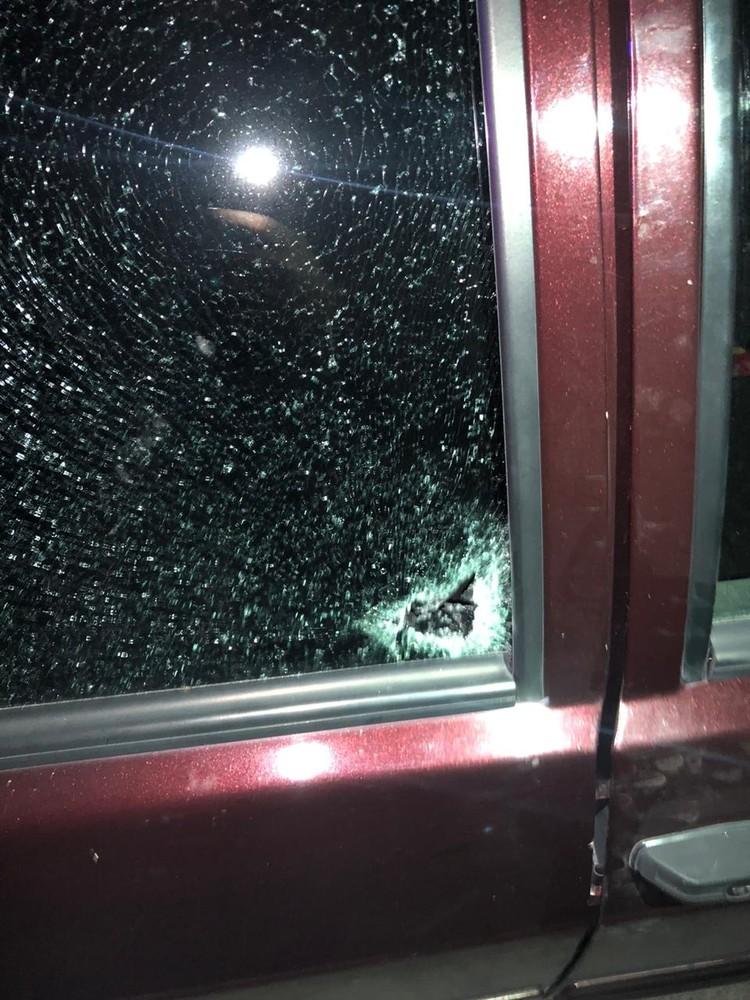 Простреленное стекло — через него прошла единственная смертельная пуля. Фото: следственное управление СКР по Ставропольскому краю