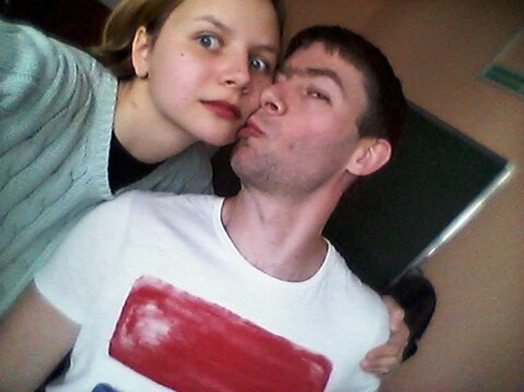 """Михаил Скипский целует 15-летнюю участницу ЧГК с Украины, попросившую сделать селфи. Конкретно эта девушка не выдвинула никаких претензий: """"Для меня это было """"гыгы звезда меня в щёку целует я крутая""""."""