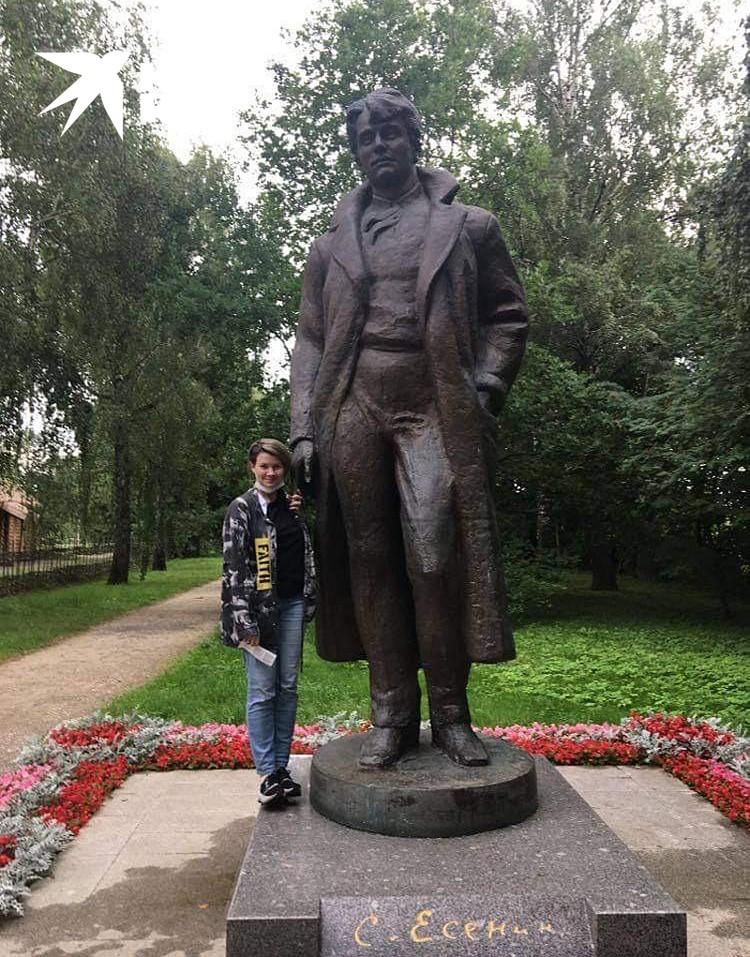 Памятник Есенину, который нельзя брать за палец и нельзя вставать на постамент, но все встают